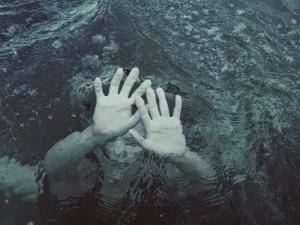 drown-drowning-girl-ocean-Favim_com-1775460